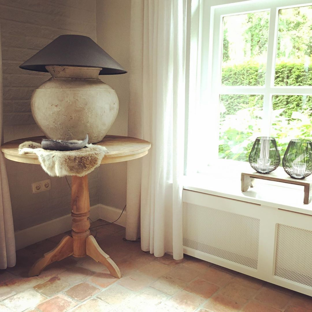 Een oude Chinese waterkruik, daar is deze lamp van gemaakt. Heel blij mee! . . .  sfeervolwonen  metlandelijklabel  landelijkwonen  wonenlandelijkestijl  waterkruik  lamp  chinesewaterkruik  wijntafel  meubelen van @metlandelijklabel  interieurstyling  interior  sfeer  myhome  woonaccessoires  wooninspiratie  binnenkijken #woonaccessoires Een oude Chinese waterkruik, daar is deze lamp van gemaakt. Heel blij mee! . . .  sfeervolwonen  metlandelijklabel  landelijkwonen  wonenlandelijkestijl  water #woonaccessoires