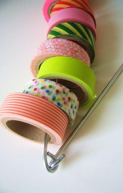 ...een snelle, makkelijke manier om je tapejes op te bergen!  . ..a quick, easy way to storage your tapes!       nodig:   metalen kledinghan...