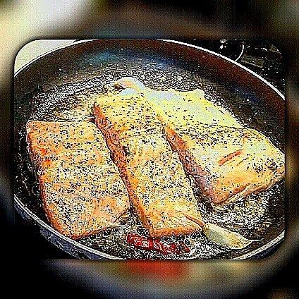Follow me for more Warum ist Lachs so gesund ? Gesund durch Omega-3-Fettsäuren Ich empfiehle euch den Verzehr von zwei Portionen fetten Fisches pro Woche. Das Geheimnis liegt in der Zusammensetzung des Fetts: Fischöl enthält einen hohen Anteil der besonders gesunden mehrfach ungesättigten Omega-3-Fettsäuren. Beim Lachs spielen vor allem die Eicosapentaensäure (EPA) und die Docosahexaensäure (DHA) eine große Rolle sie machen rund 10 Prozent des gesamten Fettgehaltes aus. Omega-3-Fettsäu...