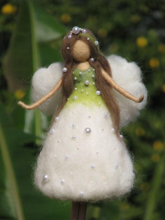 Kerstboom topper naald vilten Waldorf Geïnspireerd Ornament Flower Fairy lelie van de vallei Felted topper Felted pop #hatflower