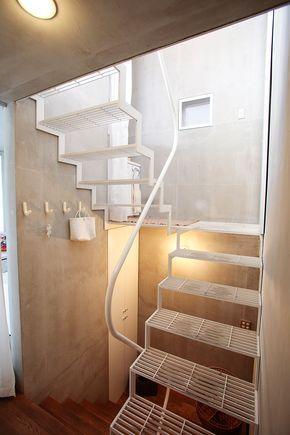グレーチングの階段が、明るく軽やかな印象。