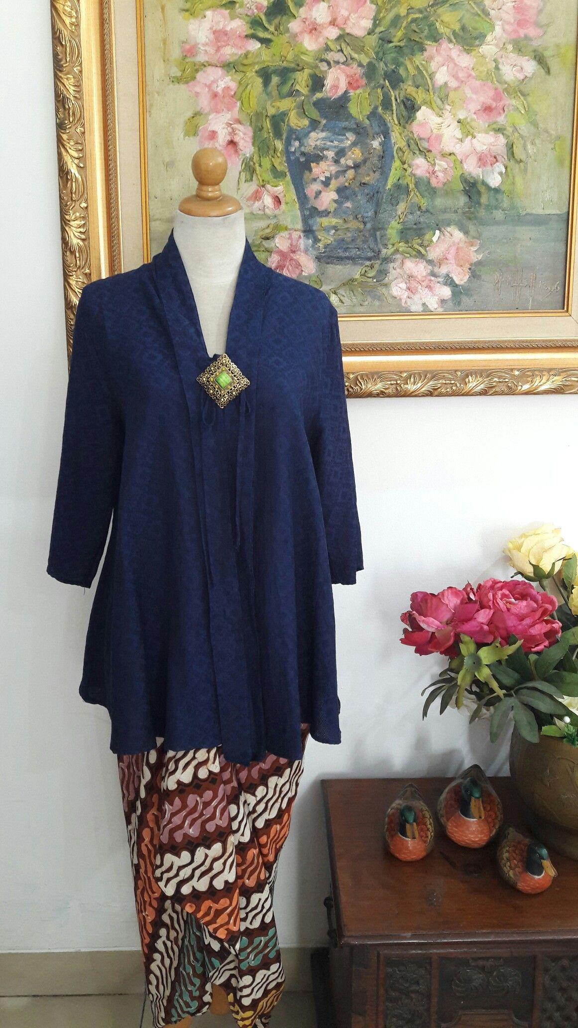 Kebaya lebar, bahan dobi dark blue. IG kebayanyonya_andria  Batik