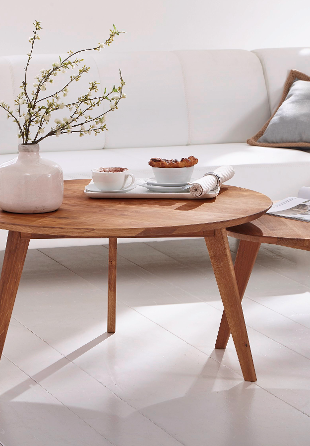 Ob für einen frischen Blumenstrauß, einen dekorativen Adventskranz - dieser Tisch ist eine hervorragende Ergänzung für euren Wohnbereich. Natürlich sind auch erfrischende Getränke und leckere Snacks für den Fernsehabend hier bestens aufgehoben. Macht euch diesen Couchtisch zu einem unverzichtbaren Element eurer Einrichtung! Das schmucke Möbel punktet mit einer Fertigung aus massivem Kernbuchenholz.