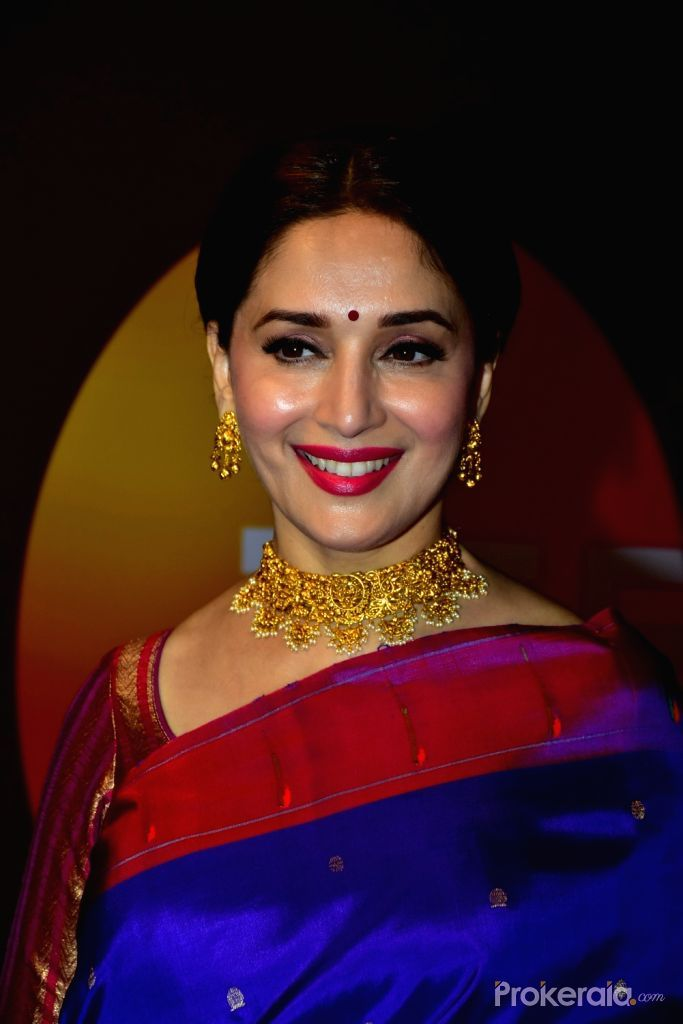 Madhuri looks simply breathtaking in this silk saree with traditional  Indian jewellery   Madhuri dixit, Saree look, Madhuri dixit saree