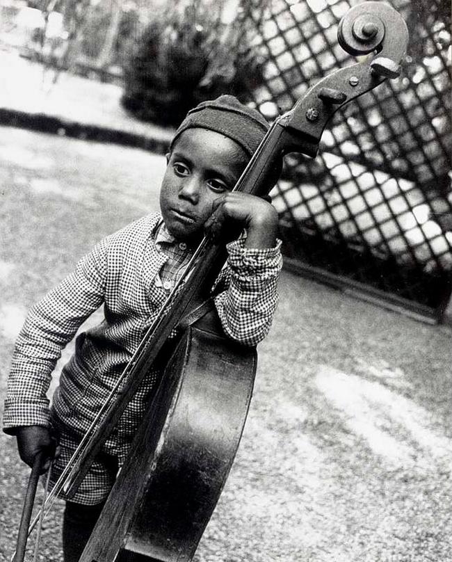 Eva Besnyö- The gypsy boy, 1931