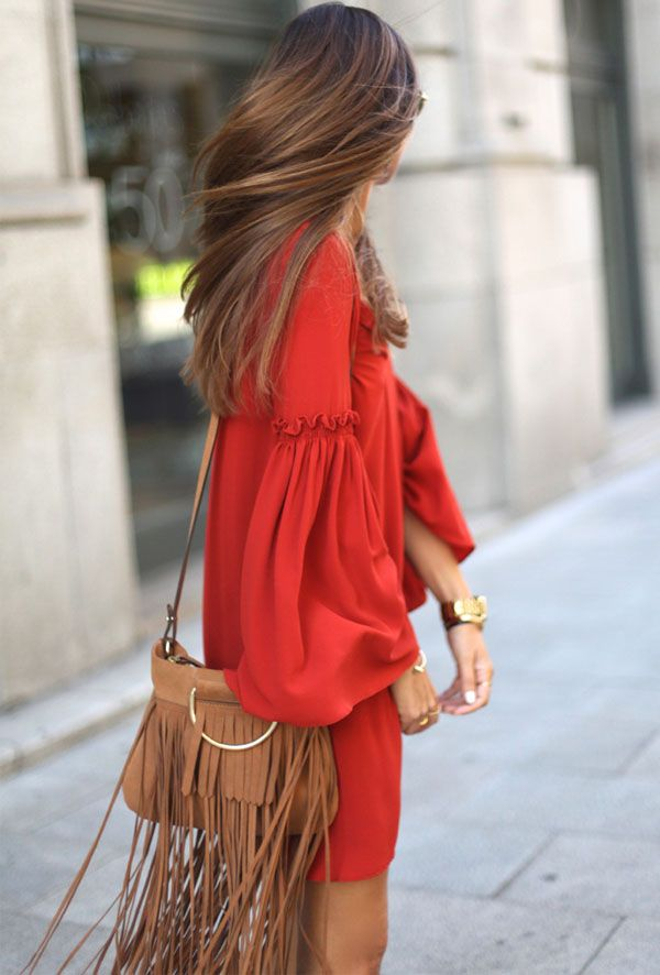 vestido-estilo-seventies-vermelho-com-bolsa-franjas