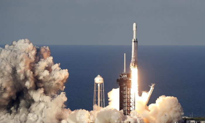Spacex Launches Mega Rocket Lands All 3 Boosters Tech