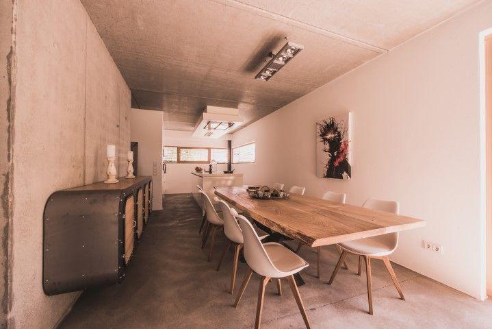 MÖBELLOFT Wunderschöner Design Tisch umrahmt von hochmodernen Stühlen und einer ausgefallenen Design Kommode #möbelloft #furniture #table #sideboard #tisch #chair #stuhl #möbel #interior #interieur #wood #holz #massivholz #steel #stahl #handmade #customized
