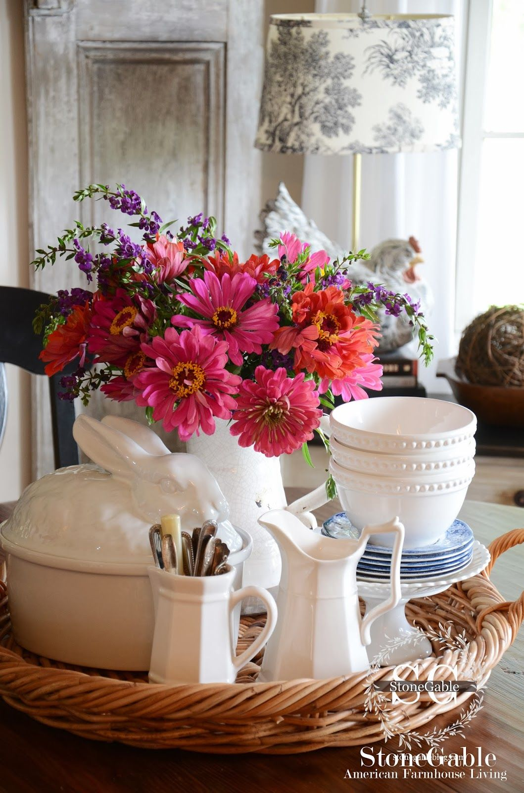 6 TIPS FOR CREATING A KITCHEN TABLE VIGNETTE | Frühling, Tabletts ...