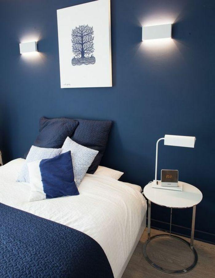 peintura chambre adulte murs en bleu marine avec couverture lit dans ...