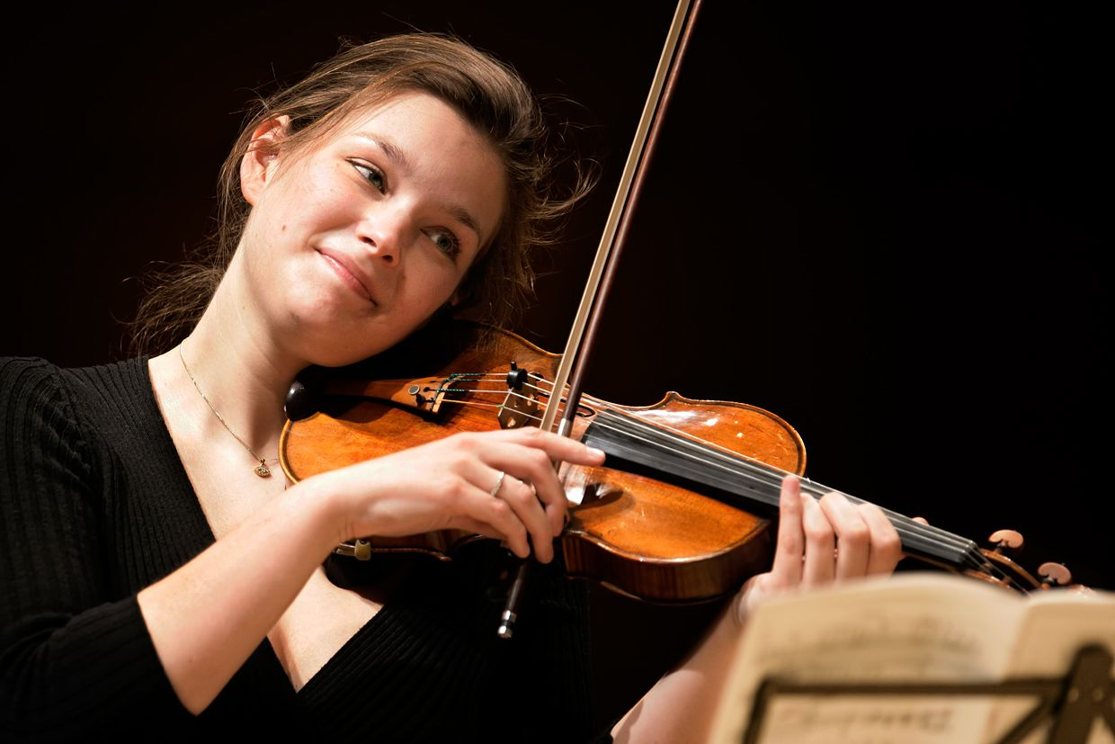 Janine jansen is a violinist and violist she began to for Musica orientale famosa