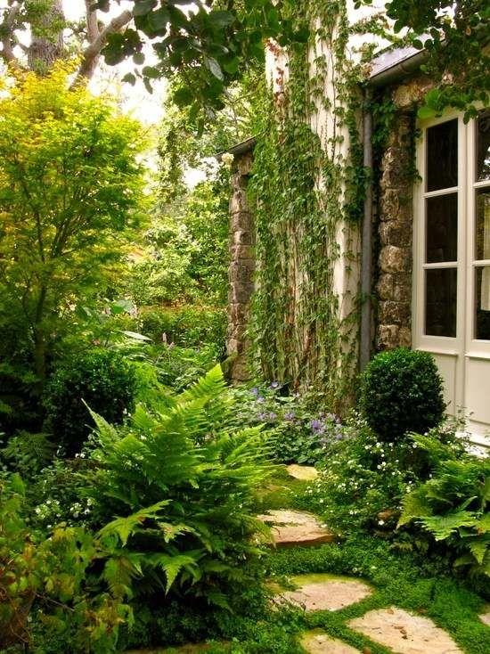 Gartenwege landhaus efeu kletterpflanzen gestalten effekte for Landhaus garten anlegen