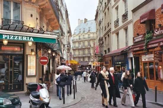 Bortset fra, at jeg blev strintet til af fugleekskrementer på hjørnet i venstre side, var dette nu en dejlig bydel i Paris ;)    http://paris.webby.no/db/fileupload/latinerkvarteret.jpg