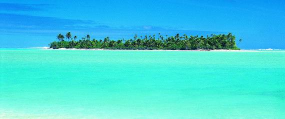 Valkoinen korallihiekka, turkoosi meri ja aurinkoa.