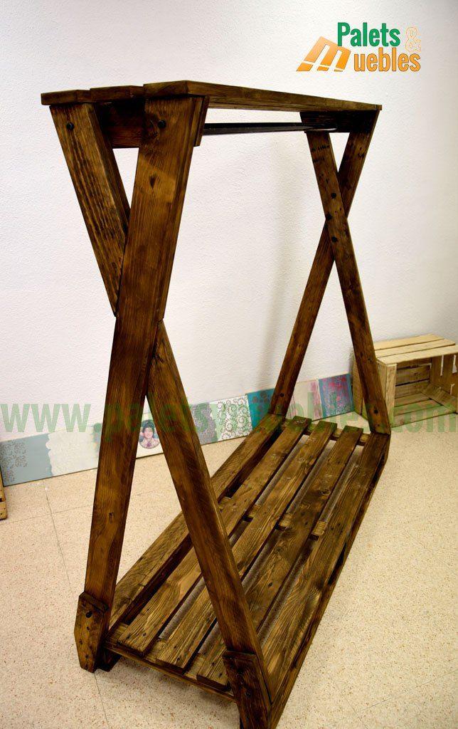 perchero para ropa hecho con tablas de palets de madera reciclados