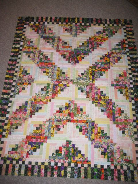 Floral Log Cabin. This is made from the traditional Log Cabin ... : traditional log cabin quilt pattern - Adamdwight.com