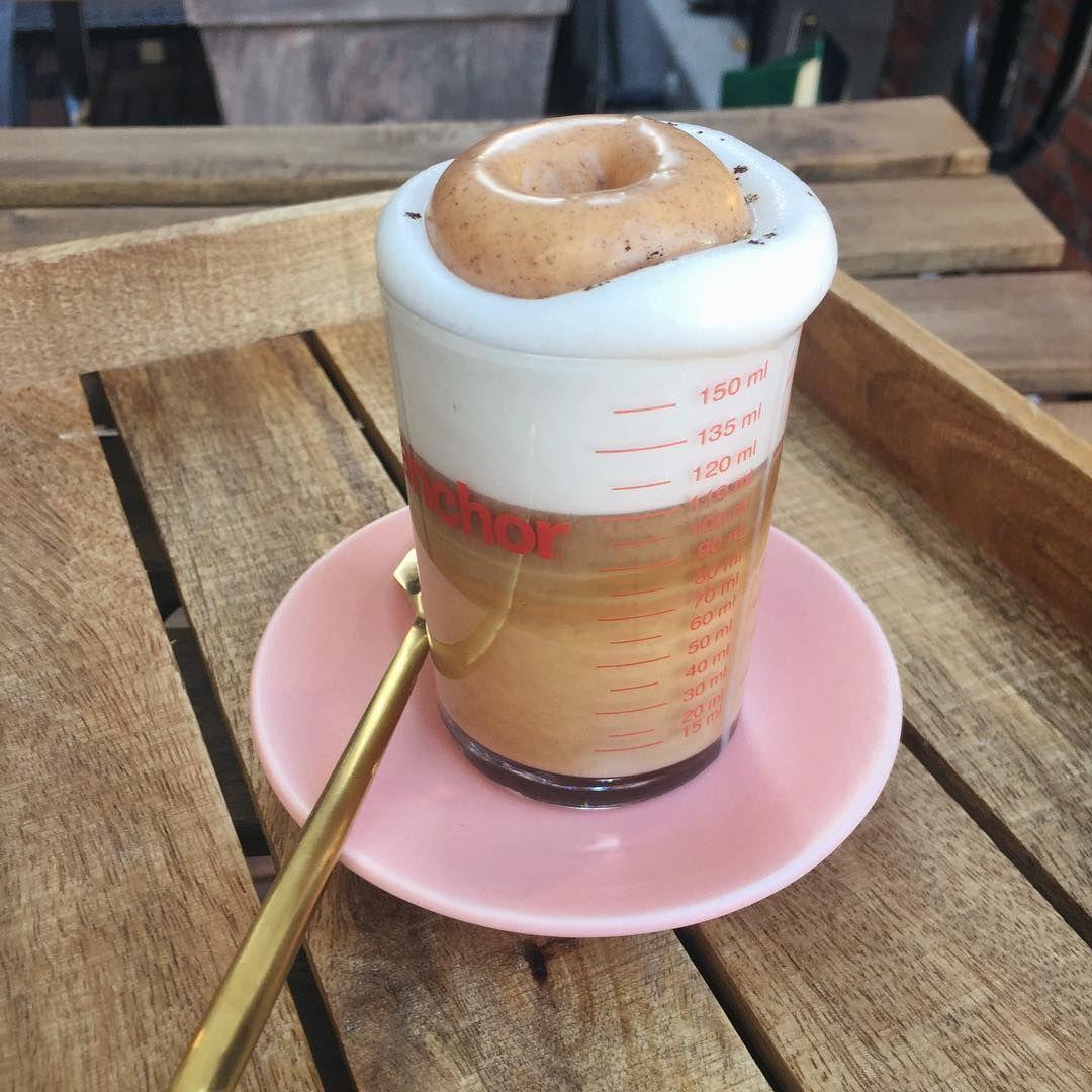 지금 바로 한잔 마시면 마음까지 따뜻해질 것 같아, 밀크폼 위에 살포시 내려 놓은 도넛 🍩 튜브라떼