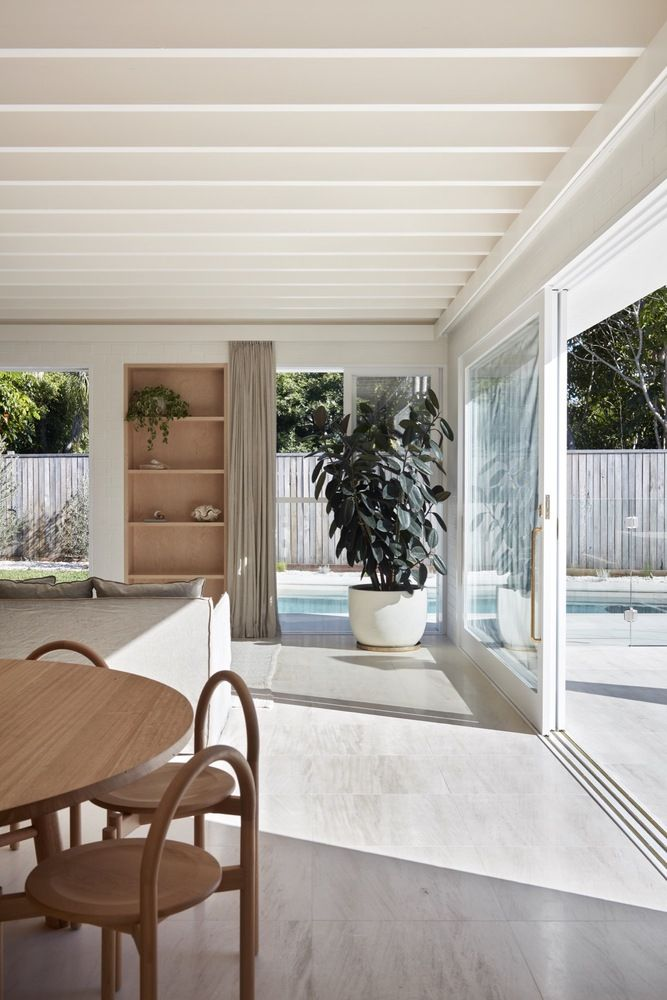 32 Best Beach House Interior Design Ideas And Decorations For 2020: A Breezy Beach House Designed For Byron Bay's Sub-tropical Climate In 2020