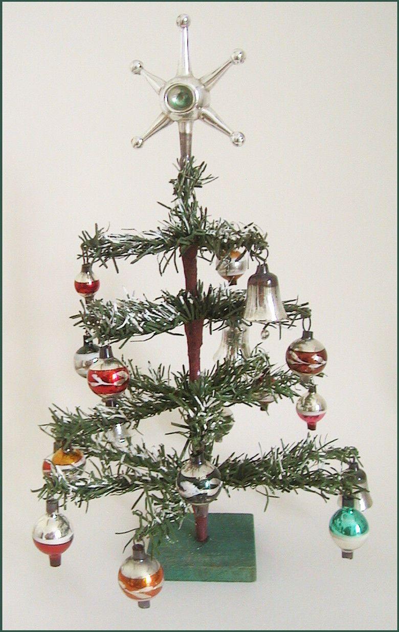 Kleiner Weihnachtsbaum Mit Beleuchtung.Hubscher Kleiner Weihnachtsbaum Papiernadeln Glaskugeln