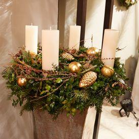 Weihnachtliche Kränze in stimmiger Warenpräsentation