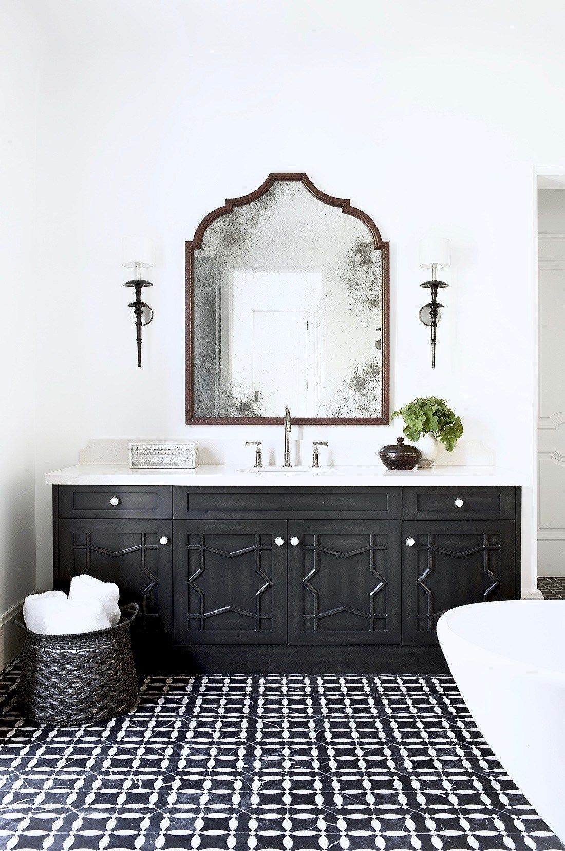 Black And White Bathroom Designs That Show Simple Can Also Be Interesting In 2020 White Bathroom Designs Bathroom Design Inspiration Bathroom Design
