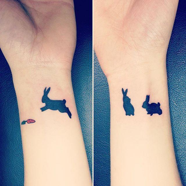 des petits lapins sur les poignets de notre demoiselle tatouée de l