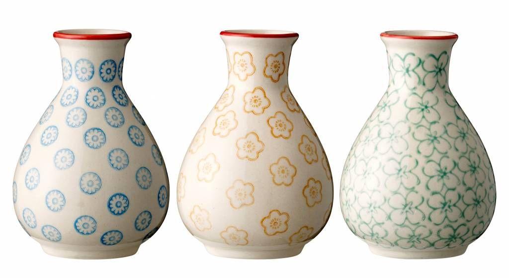 Deze hand beschilderde porseleinen servies serie emma van Bloomingville bestaat uit borden, kopjes, mokken en schalen. Voorzien van hele leuke trendy eigentijds