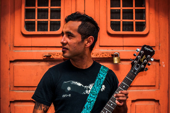 Design: Paraíso / Paradise. Colors: Jade, green / Hade, verde. Traditional Guatemalan embroidered leather guitar by TildeStraps, $60.00. Foto: Jhonathan F. Gómez.