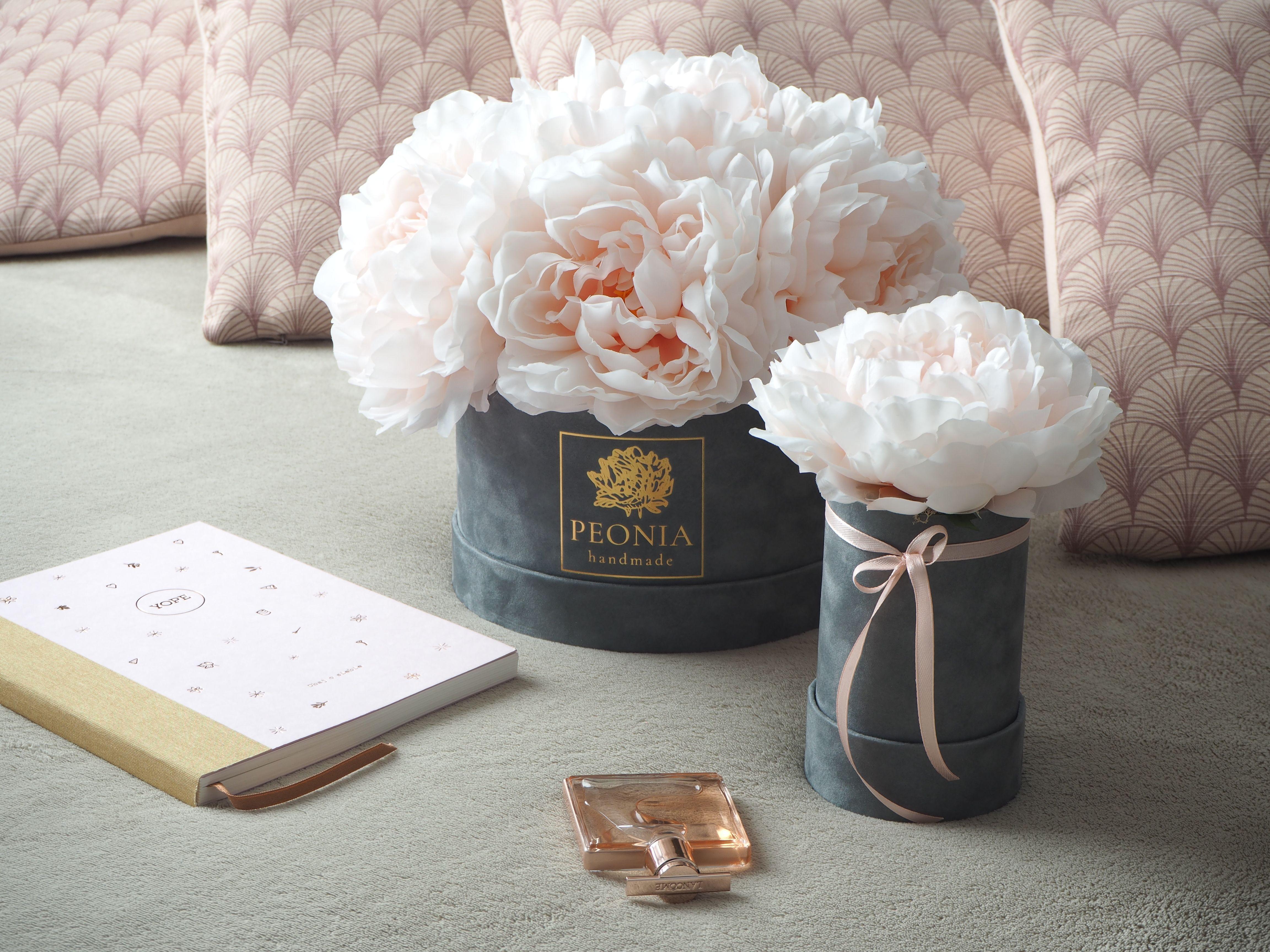 Flower Box Z Piwonii Peony Kwiaty W Pudelku Piwonie Peonie Na Prezent Dekoracja Wnetrza Handmade Place Card Holders Place Cards Cards