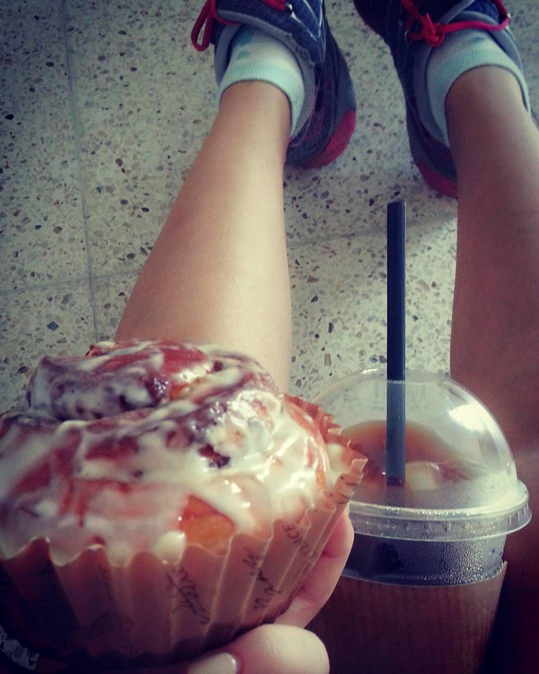 Reason why i did gymmin today #빵순이 #먹기위해산다 #먹방스타그램 #테잌아웃 #시나몬롤빵 #cinnamonroll #takeawaycoffee #icelongblack #foodstagram #breadholic by kj_kijuehong