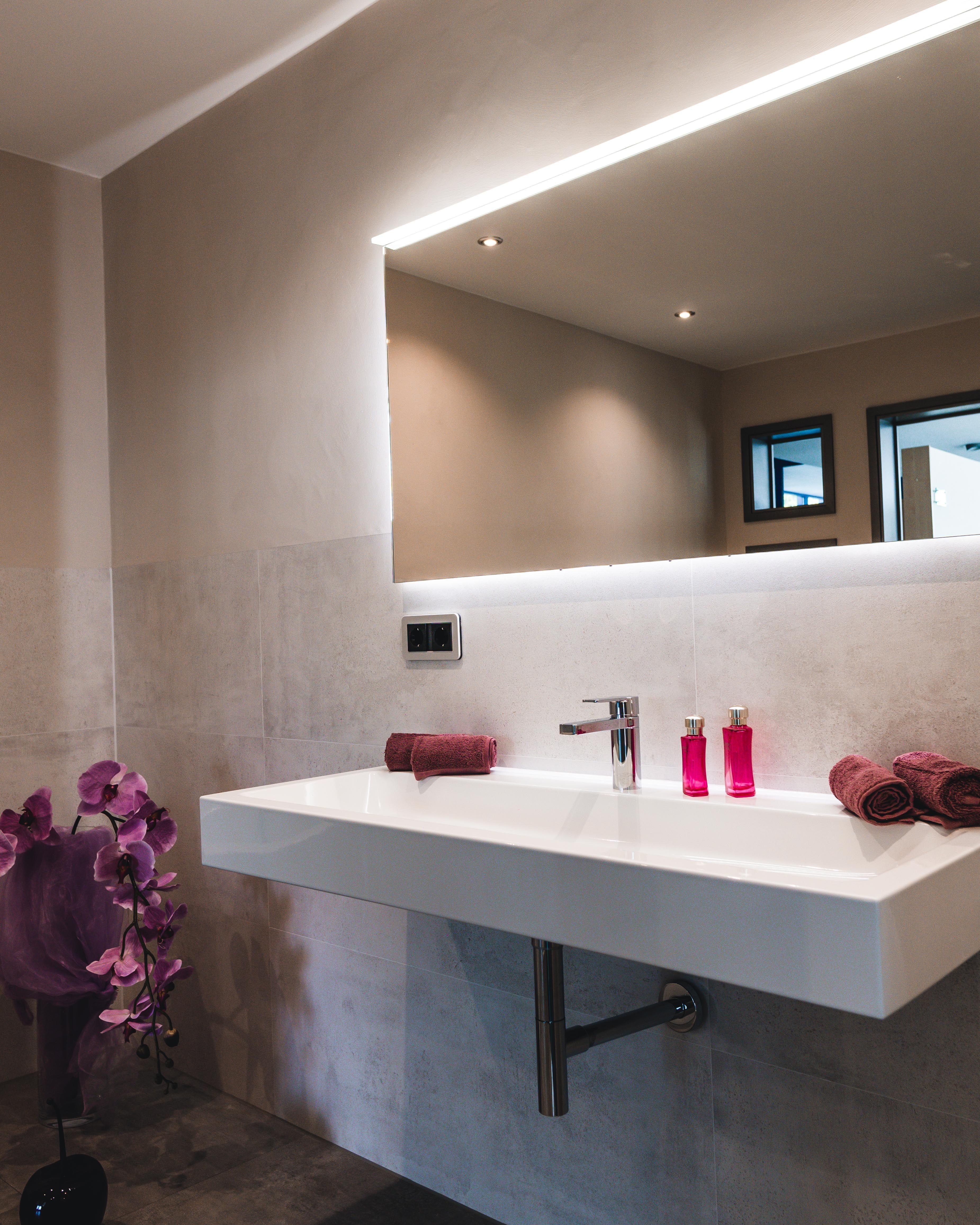 Ein Extra Grosses Waschbecken Mit Designsiphon Eleganter Spiegel Und Die Wande Fliesenbundig Verputzt So Bereite Badezimmer Waschbecken Badezimmer Waschbecken