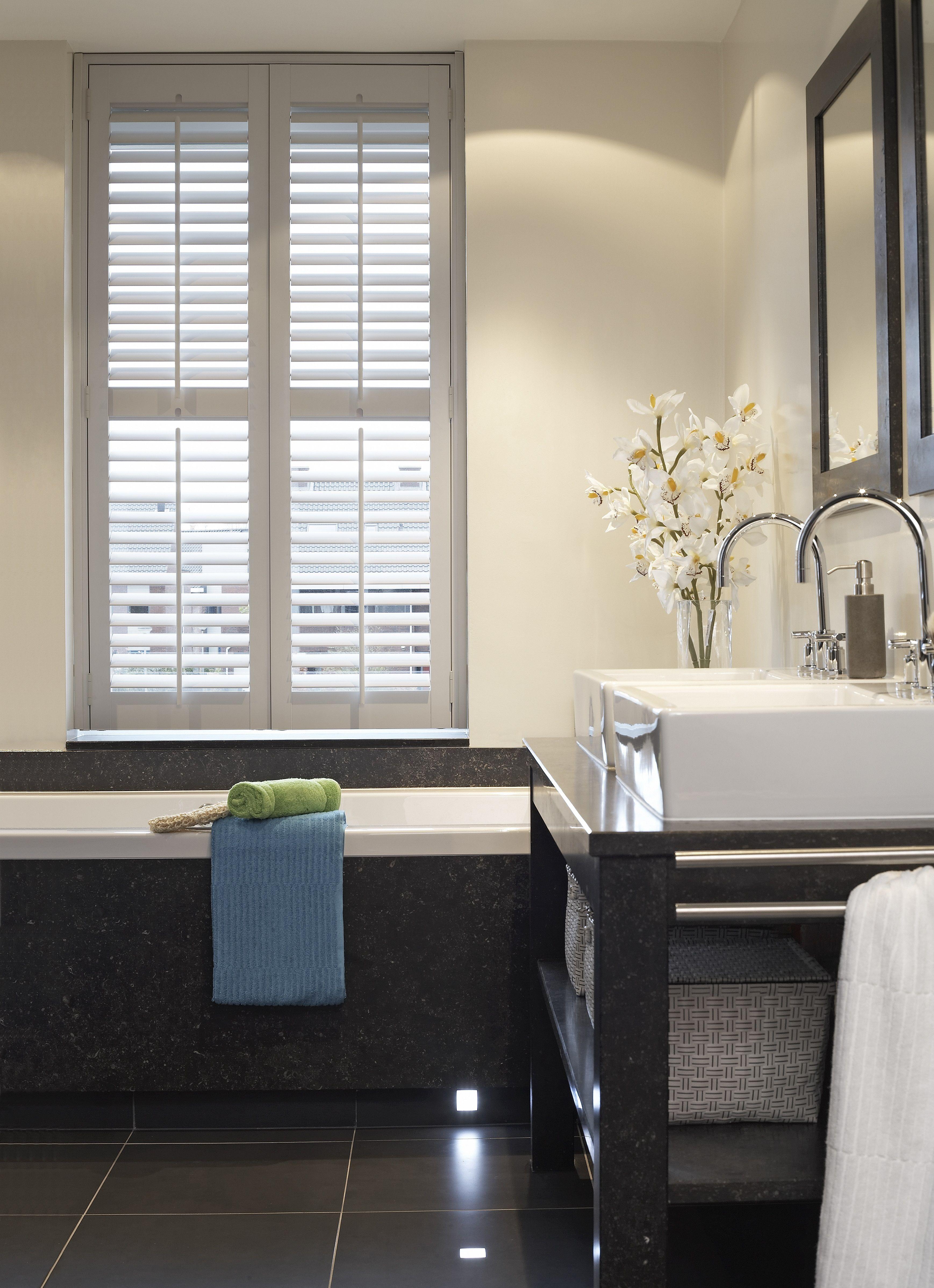 Praxis | Shutters kunnen ook mooi in je badkamer! | Raamdecoratie ...