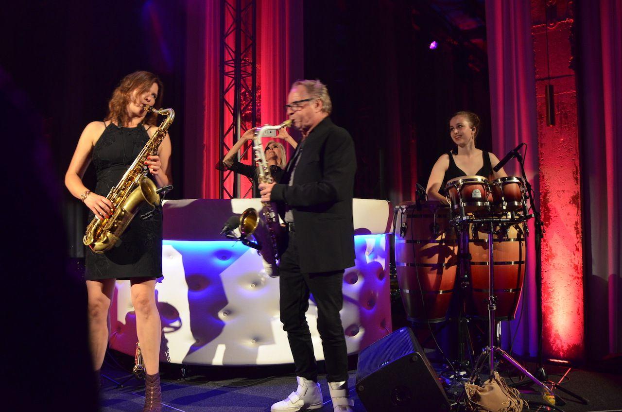 Gig Pics: Dames Draaien Door at A'dam Toren. And Hans Dulfer! What a night! #damesdraaiendoor #hansdulfer #sax #percussion #vocals #amsterdam #adamtoren #fun #party http://www.susannealt.com/weblog/gig-pics-adam-toren/