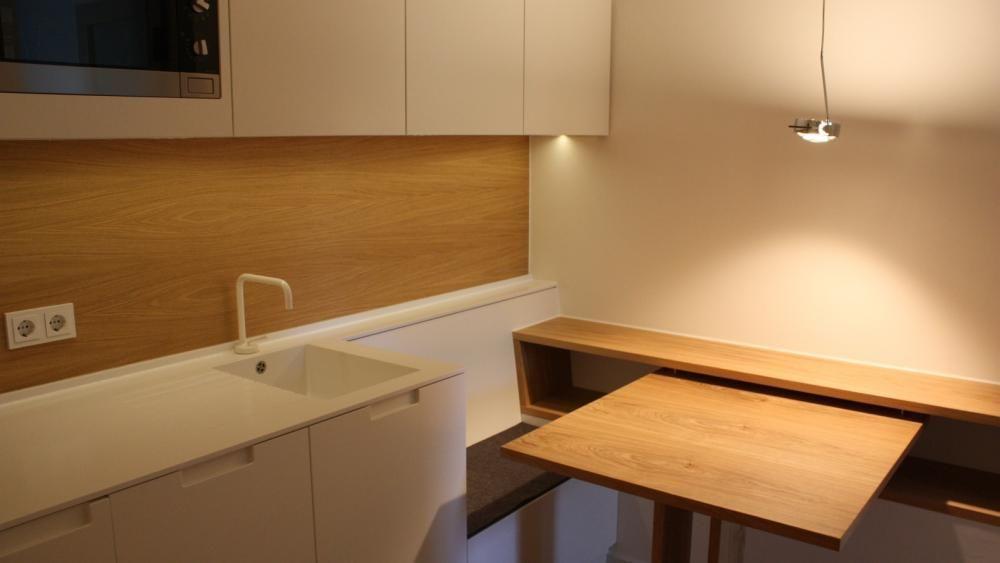 kleine k che mit sitzbank und tisch schleiflack wei eiche lackiert arbeitsplatte corian popp. Black Bedroom Furniture Sets. Home Design Ideas