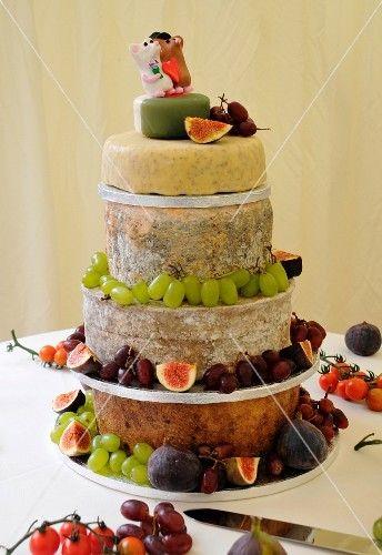 Hochzeitstorte Aus Kase Und Fruchten Stockfood R K