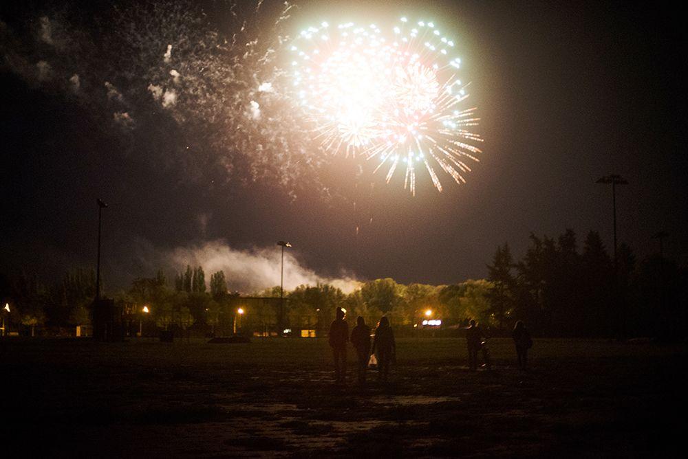 Samstag, 07.05., 22.05 Uhr – Tempelhof, Tempelhofer Feld: Nach dem Grillen auf dem Weg zum Ausgang dürfen wir ein wunderbares Feuerwerk bestaunen – perfektes Ende!  © Lena Meyer