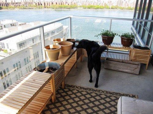 decorar el balcn con bancos de madera