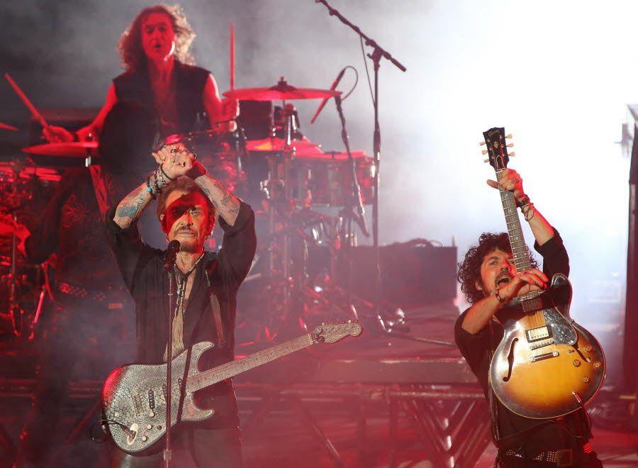Johnny Hallyday au Théâtre antique de Vienne entouré de ses musiciens. Photo Le DL/Michel THOMAS