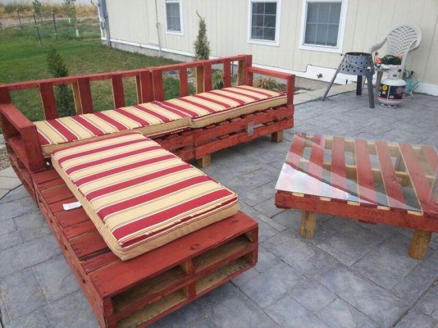 salon de jardin rouge et coussin beige et rouge fabrication avec structure double palette