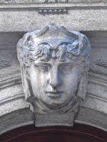 Trieste – Volto maschile sull'arco del portone di Piazza dello Squero Vecchio 2
