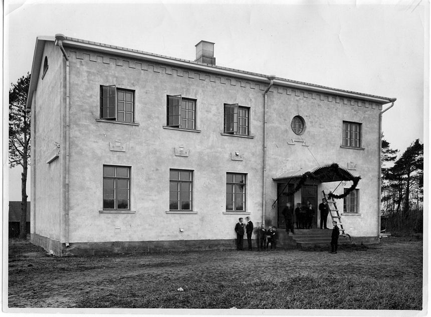 Järvenpään yhteiskoulun ensimmäinen kivirakennus koulun vihkiäispäivänä 8.11.1931