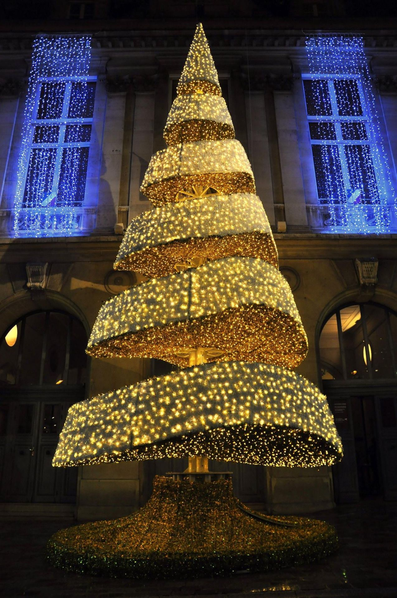 A Christmas Tree In The Streets Of Paris France Christmas Tree Christmas In Paris French Christmas