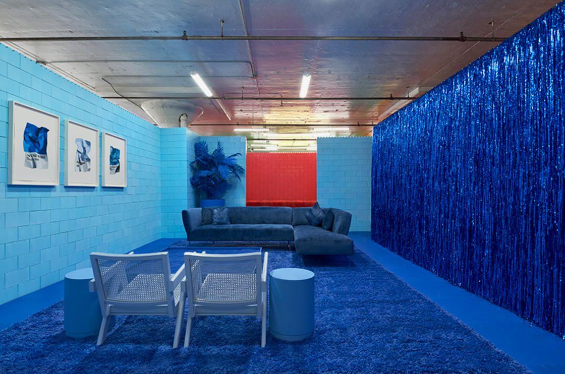 Le salon baigné dans un bleu profond ! Merci au projet monochrome et ...