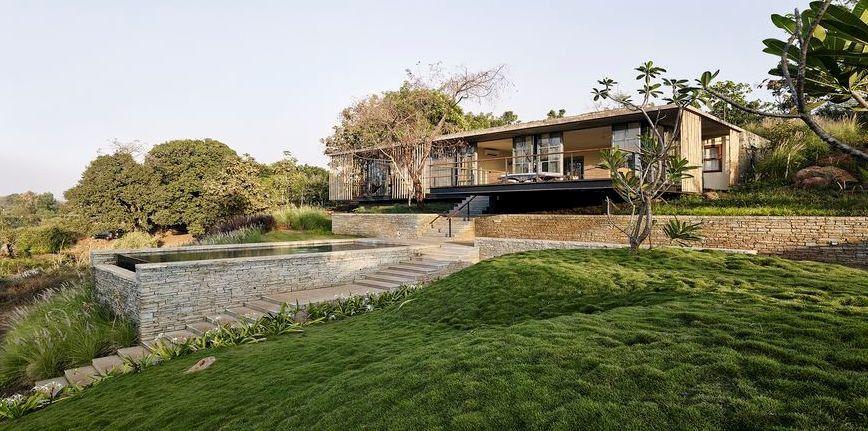 Splendide maison semi-enterrée en pierre avec toiture végétalisée en Inde   Construire Tendance