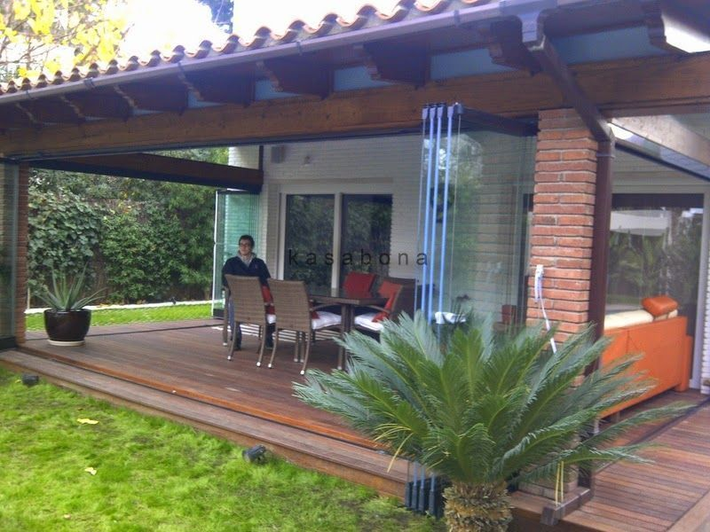 P rgola de madera y cortinas de cristal en castelldefels for Cortinas para cristales