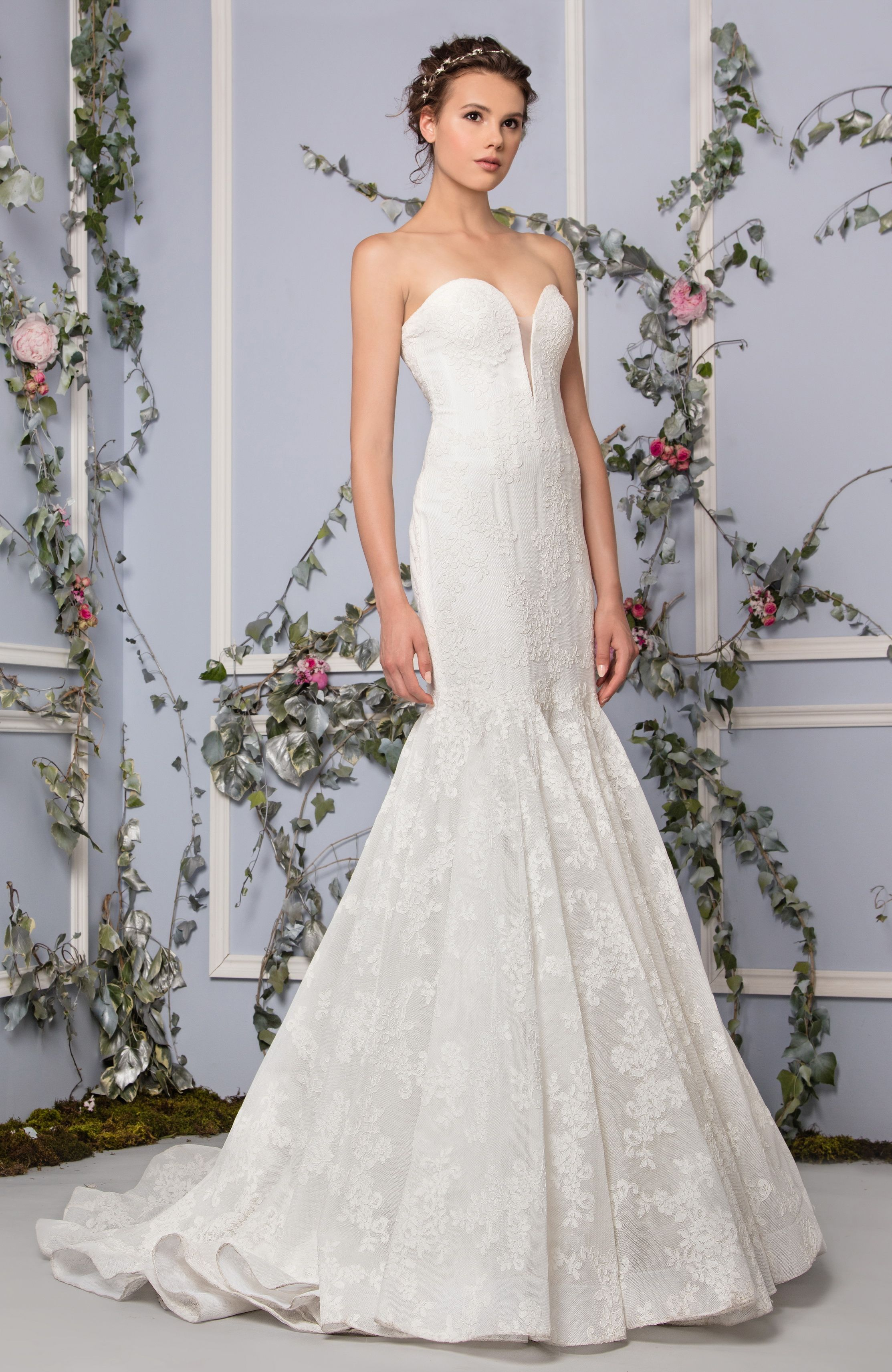 a9129477ba Tony Ward Bridal 2017 l Look 30 l Persephone - Mermaid-cut wedding dress  made of Lace featuring a plunge sweetheart neckline.