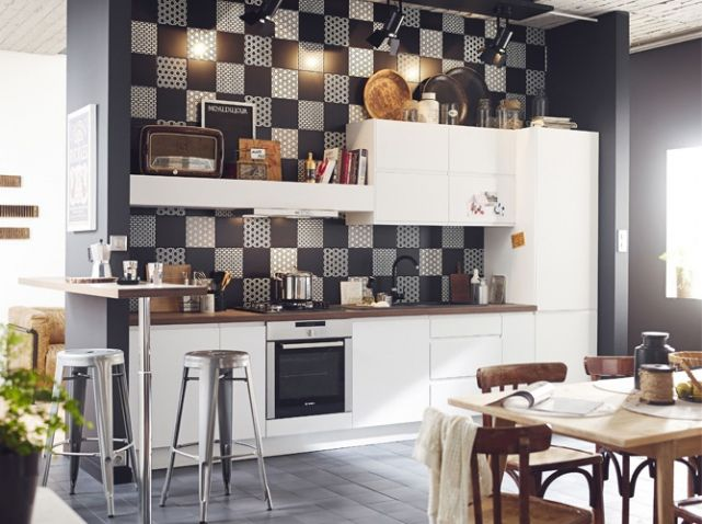 Cuisine ouverte esprit r tro avec carreaux en fa ence blanc noir gris marron int rieurs for Faience cuisine grise