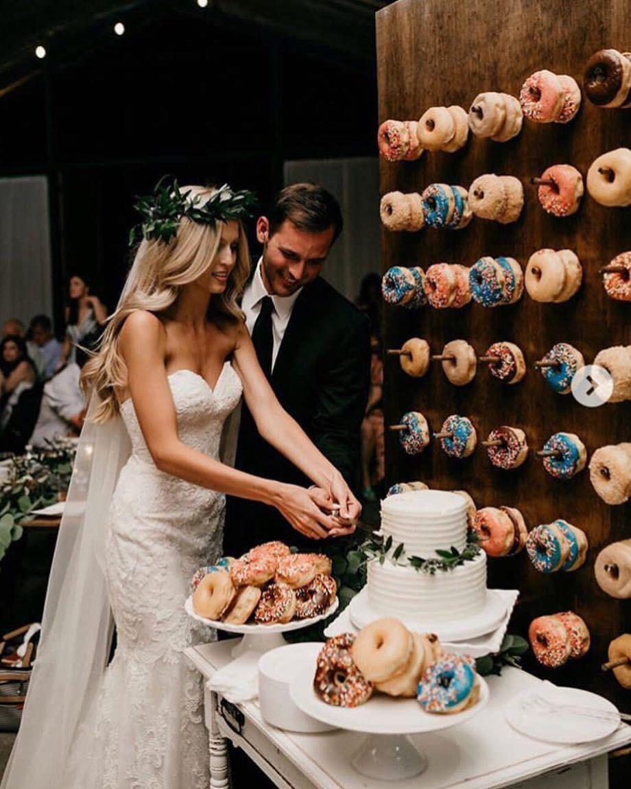 """Online Hochzeitsplaner on Instagram: """"Diese Donutwand ist eine unglaublich schöne und vor allem köstliche Idee für Eine Hochzeit?? Würdet Ihr auch gerne Eure Hochzeitsfeier…"""""""