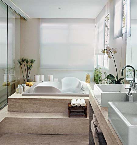 Projeto de Consuelo Jorge. Esta espaçosa banheira de acrílico acomoda duas pessoas. Embutida nos degraus de mármore travertino bruto, material também usado ...