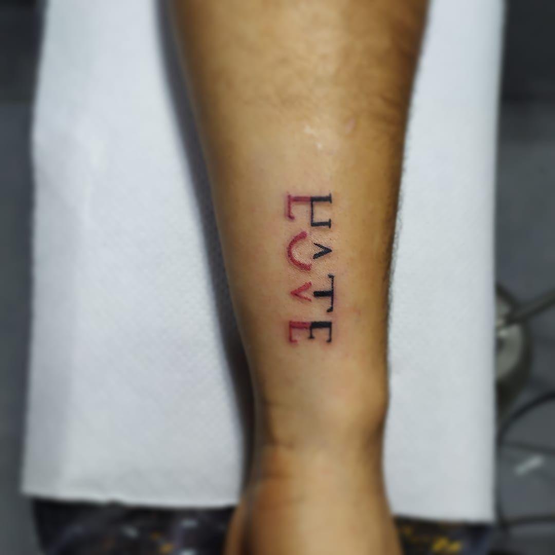 Último tatuaje realizado. hate love #tattoo #tatuajespequeños #perutattoo #tatto...